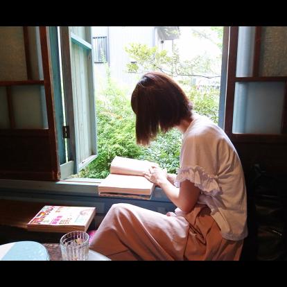 窓辺で漫画を読む涼子さん